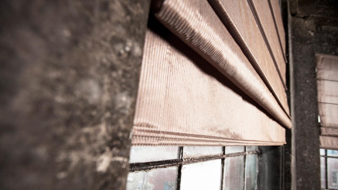 Med en hissgardin kan du få allt från ett vackert, dekorativt inslag till en mörkläggningsgardin.