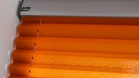 Plisségardiner är en blandning av raka linjer och mjuka material.
